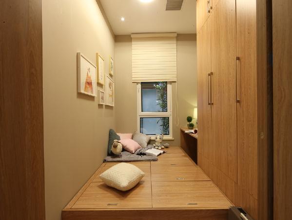 次卧,面积比较小,但是又要满足家里的需求,所以用榻榻米+衣柜的形式,整体的设计比较紧凑,但是一点都不会显得很堵