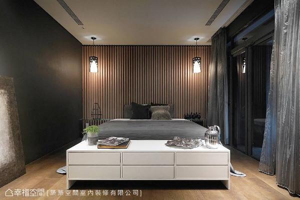 以简练之设计架构,以及低调沉稳的空间调性,演绎主卧房的整体氛围。