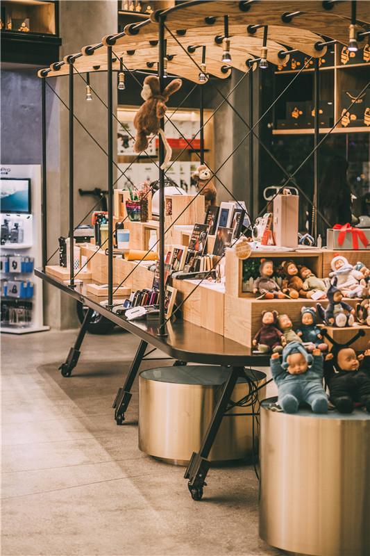 毛绒玩具、绿植、温暖的灯光……我们将一个科技店设计得活泼可爱,使人们忍不住想进去看一看。