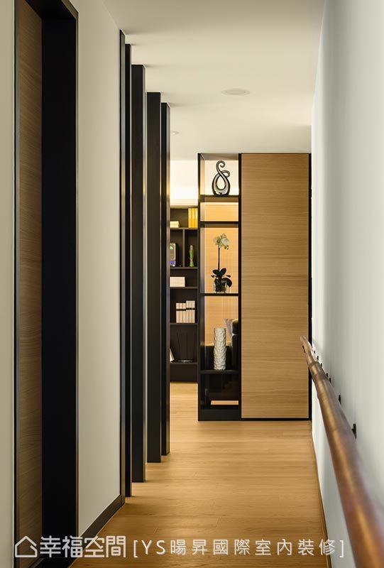 于廊道壁面贴心设计实木扶手,方便家中长辈活动时得以辅助行走。