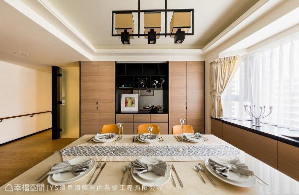 收纳餐柜的左侧为厨房入口,以喷砂玻璃设计门片,使内外空间亦能维持明亮感。