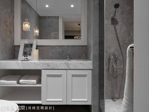 以精品饭店为概念,藉由立面铺排及材质的搭配,丰富了卫浴空间的神情。