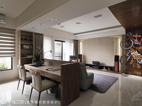 以半高的屏风结合书桌取代实墙,延长场域景深,并运用梁下空间设计展示书柜,打造开放式书房。