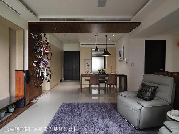 星叶设计利用L型橡木皮由天花延伸至壁面,间接分界客厅、餐厅场域。