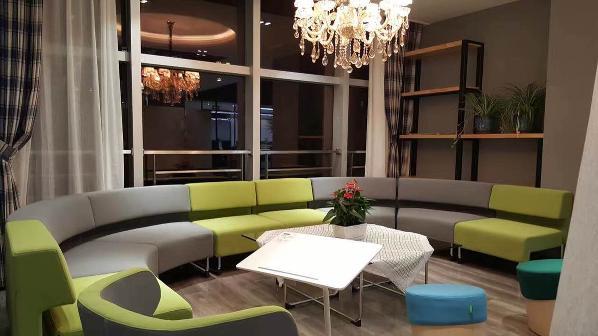 共享办公 -讨论区、休闲区,以天圆地方为意,水晶灯的华丽与现代的混搭配上双色沙发及小花格子桌布,茶几上灰绿从中一点红,生机盎然。