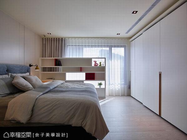 主卧的设计部分,于床组及窗边设置「虚」、「实」造型的展示柜,一方面因应风水需求,一方面成为空间的亮点。