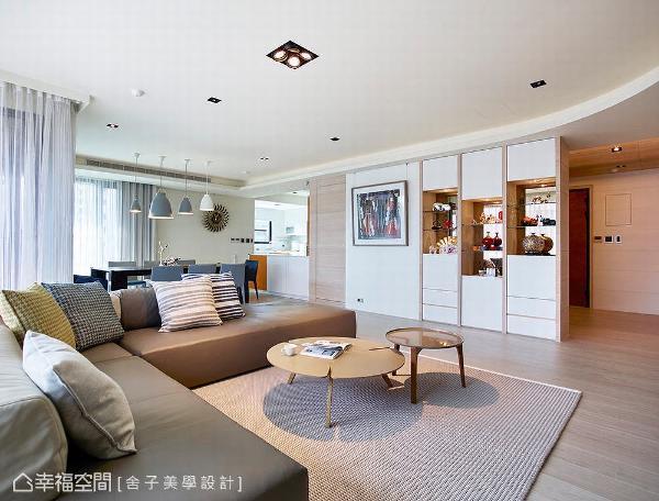 在车水马龙之中,设计师詹秉萦为屋主砌筑一个静谧天地,并透过有效的统整,以专业纯熟的设计手法,营造属于一家四口的品味空间。