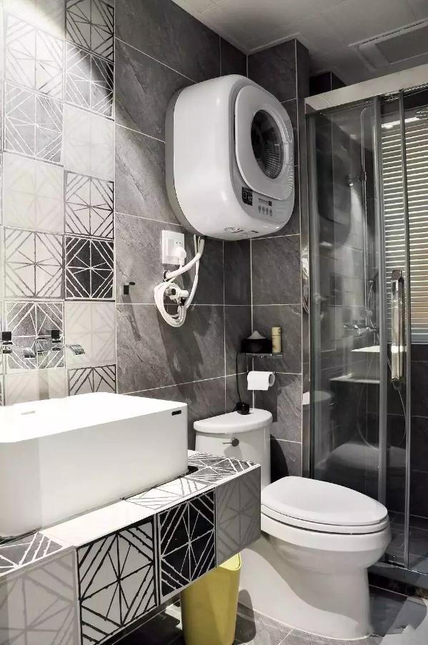 公共卫生间和主卫差不多,用玻璃移门做了干湿分区,黑白灰作为主色,然后再自砌了一个台盆柜,不过墙面铺贴了几何图案的方砖,看起来更加有气质,壁挂式的洗衣机使用很方便呀。