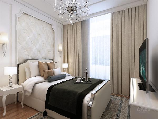 主卧背景墙用欧式石膏线做的造型在背景墙两边挂了两盏壁灯,在床头的图片