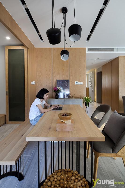 【深圳漾空间设计有限公司】漾设计Young Design——木色家具在日常生活的摩挲中,悄悄滋生着可触摸的安宁与充实;或坚硬或柔软的座椅,满足质感的同时又给人以不同的触感及审美情趣。