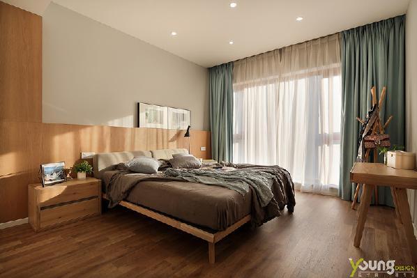 【深圳漾空间设计有限公司】漾设计Young Design——清新素雅的窗帘与配饰,小株的绿色植物,木色地板和家具的高质感,使空间中缓缓洋溢着宁静的气息。