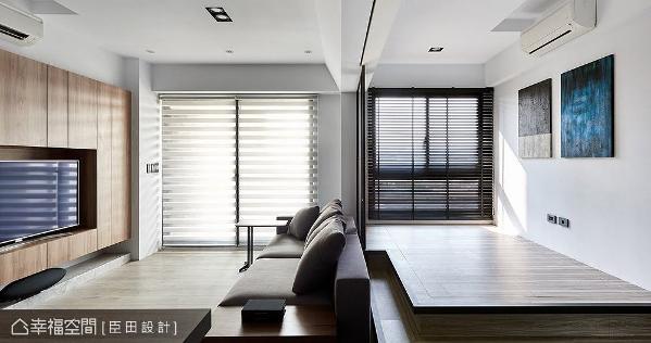 因公领域面积不大,便将原先客厅后方的一房拆除,改以架高地板打造成和室卧铺,并顺势在下方扩充大量收纳机能。
