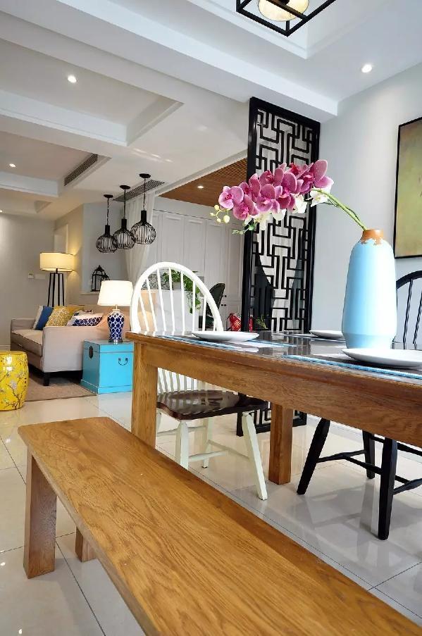 餐椅采用板凳设计,原木质感的餐桌椅搭配,显得格外的自然舒适;