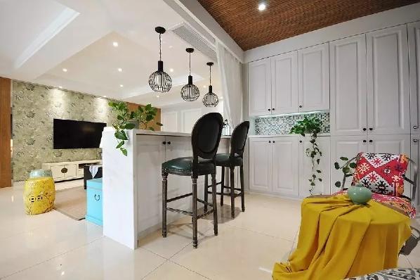 休闲区侧边墙面装了一面实用的收纳柜,摆几盆小绿植显得格外的精致清新;