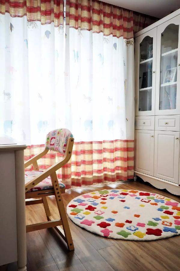 儿童房的阳台打通后装成书房,非常的实用;