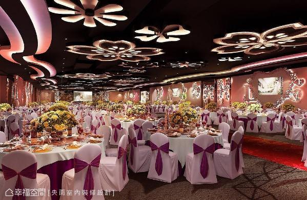 随着椅套的更换,宴客场地立即转换不同氛围,搭配柔和的灯光情境,展现柔和唯美情境。 (此为3D合成示意图)