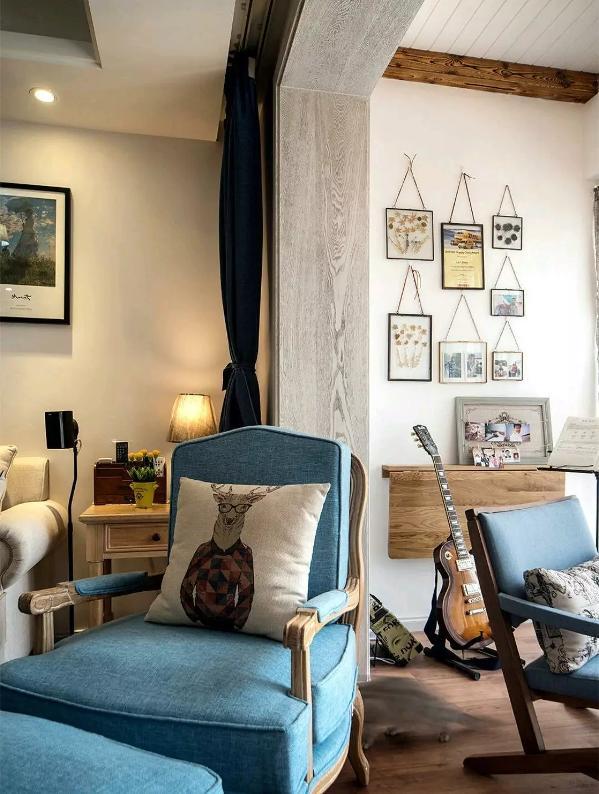 客厅与阳台之间不装门,原木色的实木垭口套,看起来高档了不少;
