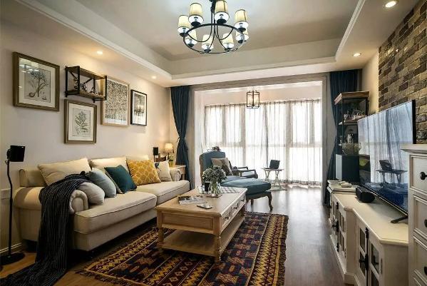 经典的美式风格沙发,搭配浅色实木茶几,沙发背景墙则用一组植物装饰画装饰,呈现出一个舒适、自然的空间;