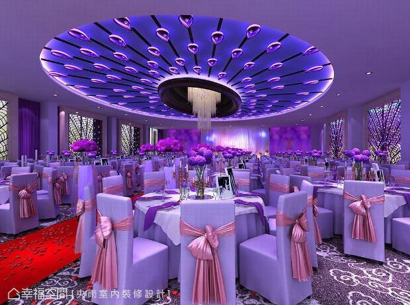 孔雀开屏意象点缀在天花板与四周立面,搭配蓝紫色光氛,立即带来高贵奢华氛围。 (此为3D合成示意图)