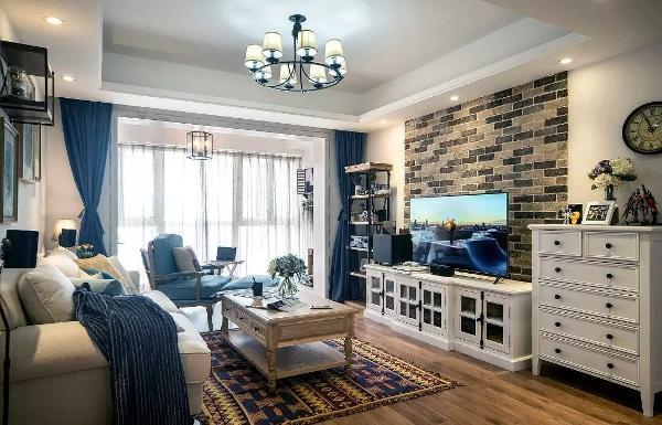 客厅的色调为白色、蓝色、木色,色彩的运用搭配让空间看起来具有层次,而地毯的加入,又多了一种少数民族的味道;