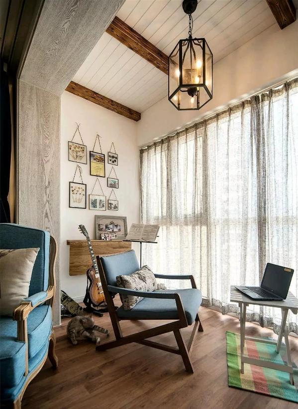这样的阳台很多设计亮点,如吊顶、如墙壁上的挂画、再如墙壁上可折叠的台面,再搭配一组桌椅、一把吉他,一个美好的周末从这里开始;