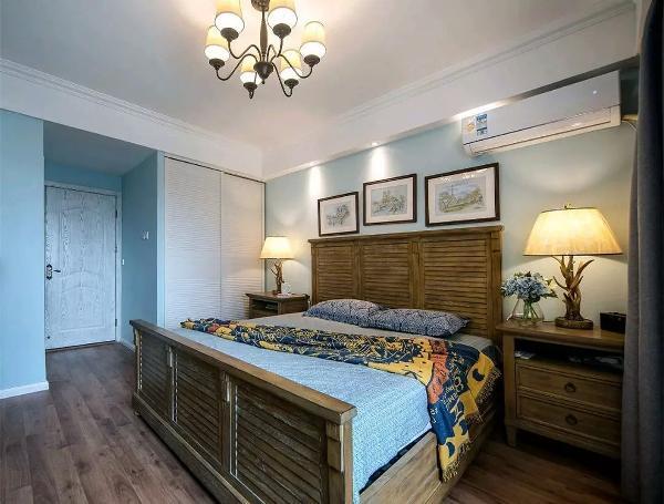 嵌入式的白色百叶门衣柜,与原木色的大床及床头柜形成对比,是现代与复古的结合,才让这个卧室显得那么独特,沉稳;