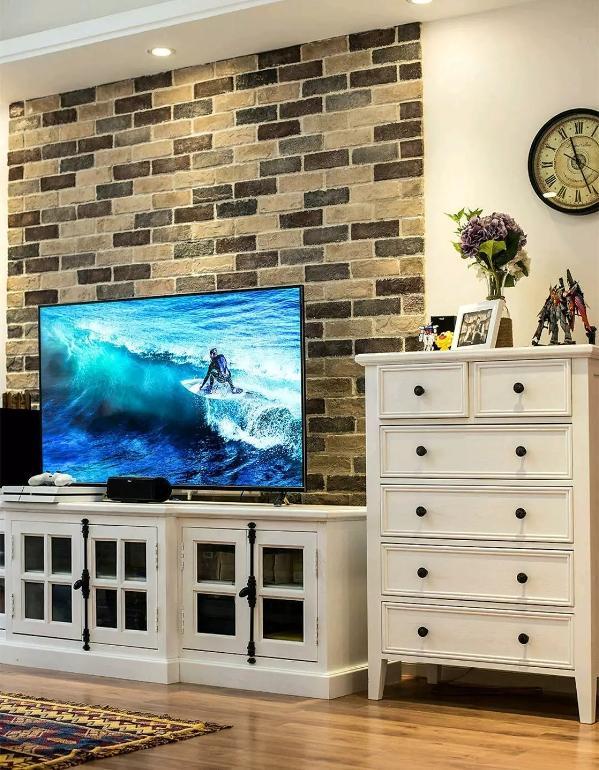 电视背景墙采用文化砖,让客厅具有乡村及文化气息,然后再搭配一组白色的高低组合电视柜,复古又耐看;