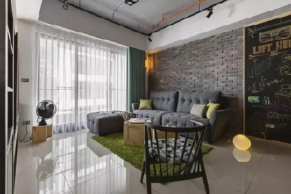 客厅,沙发背景墙铺了文化砖,地面铺得是玻化砖。大大的落地玻璃窗保证了室内的采光,也使得室内看起来特别宽敞!
