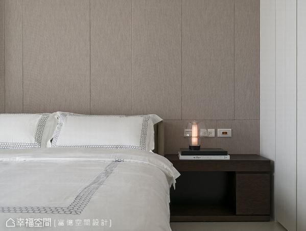 富亿空间设计以壁布为墙面挹注暖度,搭配疏密有致的线条排列,让层次感跃然眼前。