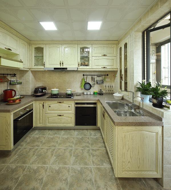开放漆效果的水曲柳面板配上咖啡色的石英石地面仿古砖的搭配依