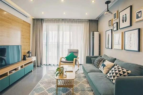 现在很多人都会在家里安装投影仪,一到周末,可以和家人朋友一起看看电影。原木亮色的电视背景墙和挂画装饰的沙发背景墙,使得整个客厅既时尚又舒适。