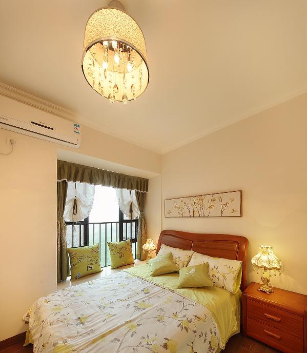 父母房空间不大,却极其温馨,简单的家具配上极期用心的软装让父母爱上了这个空间