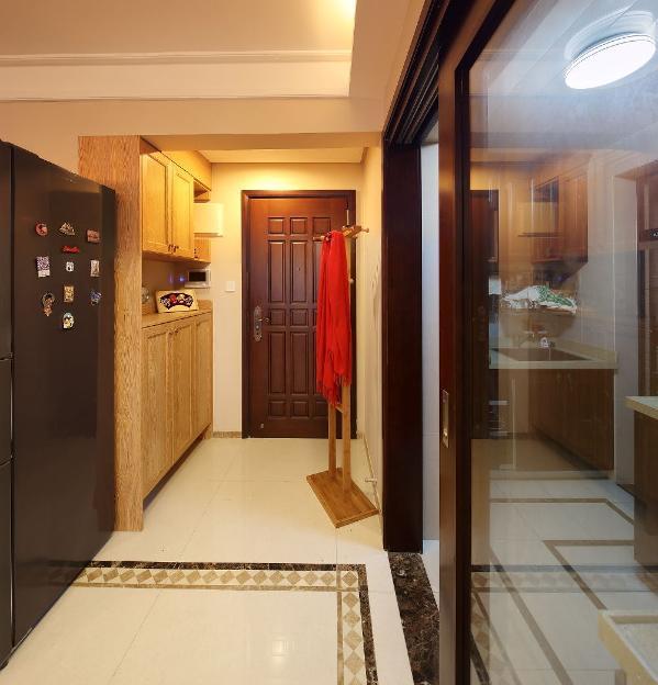 入户的鞋柜是索菲亚的定制家具,原生态的木色让人有一种想去抚摸的冲动,女主人不喜欢一套家太整体的木色调 ,所以我们在空间运用了几种不同的木色来故意混搭着我们的家。