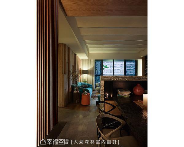 大湖森林室内设计以半高墙带来屏障,后方延展出用餐台面形成中岛机能,于空间内晕染出墨韵层次。