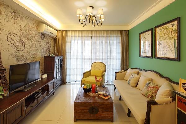 客厅就是这样的一个混搭的模样:有着美式的电视柜,法式的沙发,中式的茶几,欧式的单人椅……