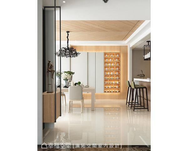 透过美型设计隐藏收纳柜,并在右侧规划表示层板,摆放女主人收藏的各式杯具,让整体立面更具丰富性。