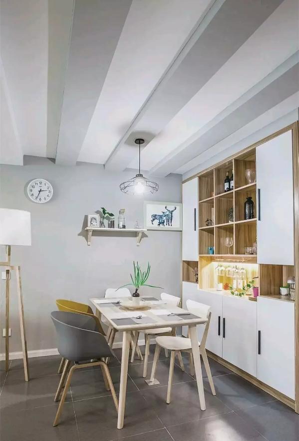 屋主说餐厅与客厅之间有根大横梁,所以在餐厅区域做了几根假梁,不仅弱化了真梁的存在感,而且还具有很强的装饰性,这个设计真的很赞哦~