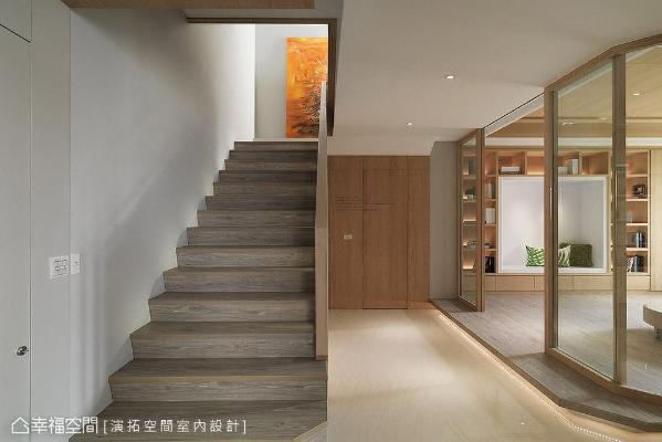 将原先的一房拆除,打造成半开放式的多功能和室,可作为阅读、休憩与客房使用。