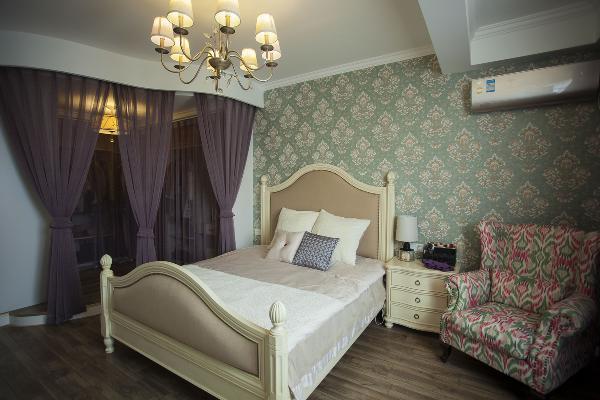 妹妹的主人房,我爱死这个床了,一看到它,就想到优雅这二个字,紫色的衣帽间纱帘隔开了二个区域,灰蓝色的欧式墙纸丰富了背景墙 ,一把贵妃椅子满足多少女人的梦啊。