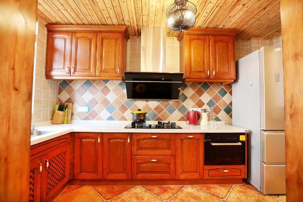 实木的厨柜有着美式风格所需要的厚重感,彩色的小花砖片,是美式风格厨