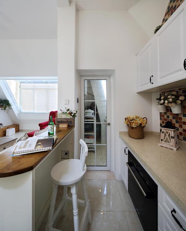 玻璃门里面,就是我们利用生活阳台所做的厨房空间,虽然厨房不大,但能满足最基本的需求则已,让这边西式吧台区能得到空间最大的使用化,不是最好的取与舍吗?