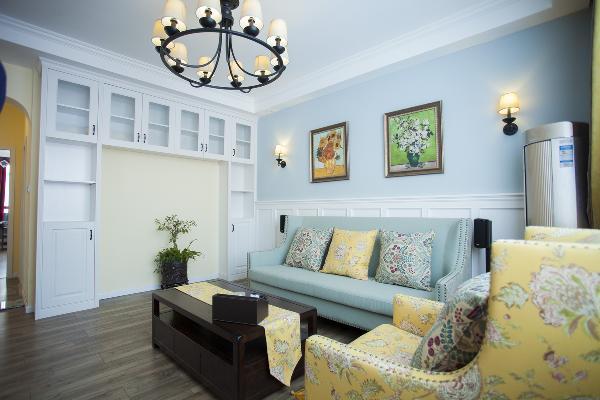 蓝色的背景墙 加上白色的护墙板;黄色亮丽的单人沙发是客厅的主角;而蓝色三人座上黄色的抱枕则呼应着客厅主色调的协调,睢,我们沙发后的挂画,看,我们客厅边的窗帘,摸,茶几上的桌旗……