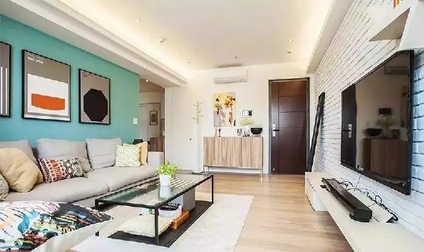 家里没有太多固定的家具,如木作收纳柜或装饰,反而两个人经常去逛家具店,挑选轻便、可移动的家具,给未来预留些改变空间。