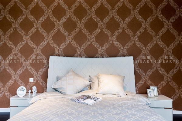 客厅、卧室、餐厅的全套设计,从整体到细节大量使用了波浪形的线条和精致的图案,主色调为米白色和白兰地浅棕色。犹如天鹅高昂的脖颈,时刻保持优雅的弧度,让你用设计的温柔抵抗岁月。