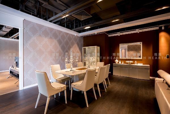 餐桌:设计风格与客厅家具保持一致,米白色面包加以白兰地色皮革修饰。餐桌中部可翻开,让餐桌从2.1米延展为2.6米,方便女主人招待数量不同的客人。