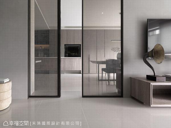 客厅电视墙左侧为通往餐厅、厨房、阅读区和私领域的路径,谭淑静总监采对开拉门的形式,平常拉门还能收进两边墙里,空间感更为宽敞。