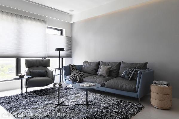 客厅沙发背墙刷上中性暖灰,接近留白的效果,还能衬托上方间接光的柔和光影。
