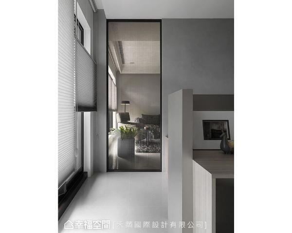 客厅与阅读区虽然是两个独立的机能聚落,但是将靠窗的隔间墙以部分玻璃取代的手法,视线与光线都多了延展的纵深。