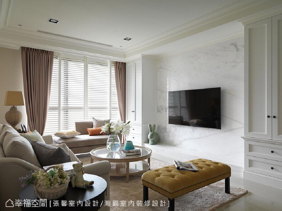 电视墙选用白色大理石,表现出自然肌理,搭配两侧的对称古典柜体,型塑大器的空间美学。