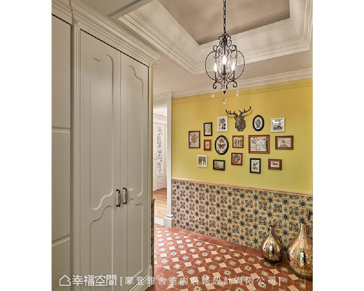 从大门开始便以大量的复古花砖和鹅黄色壁面,形塑明确的欧式乡村意象,为「秘密花园」主题揭开序幕。